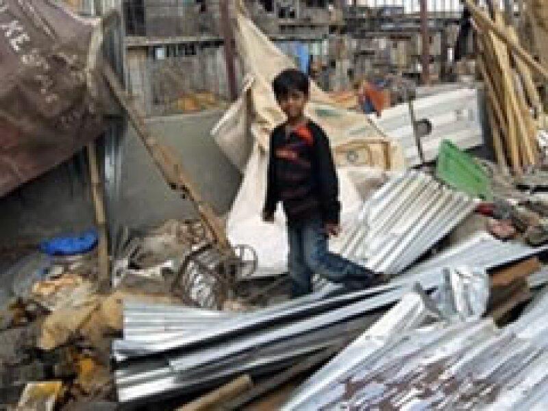 Azharuddin Ismail, quien interpretara a un joven Salim, camina por los restos de su casa. (Foto: Reuters)