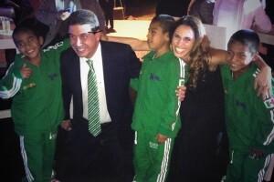 Arturo Elías Ayub y su esposa Johanna Slim se tomaron la foto del recuerdo con los niños Triquis, quienes fueron una sensación durante el evento.