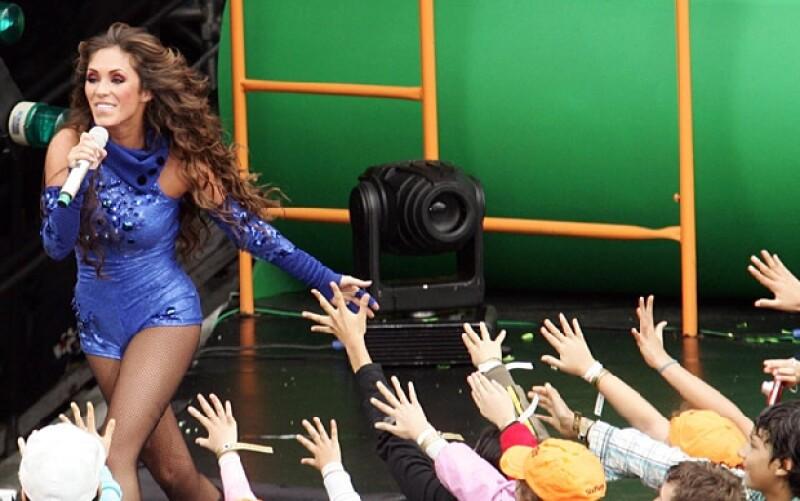 Anahí prendió al público quienes la ovasioanron cada vez que subía al escenario.