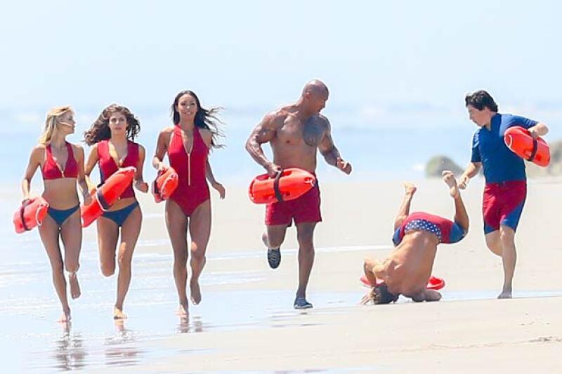 Una secuencia de fotos del actor durante la tradicional toma en la que todos los protagonistas corren a la orilla de la playa, está causando sensación. ¿Por?