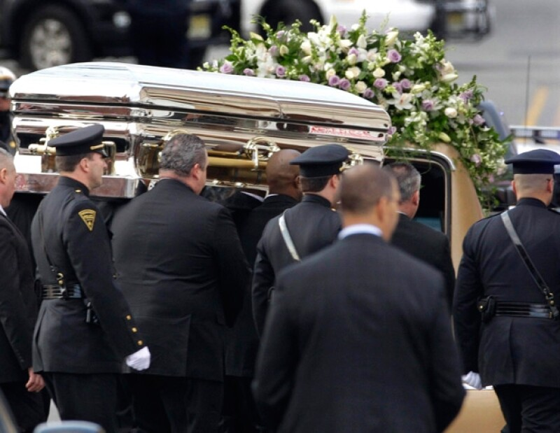El cortejo partió pasadas las 3:00 de la tarde, cuando terminó el servicio. La estrella será enterrada mañana.