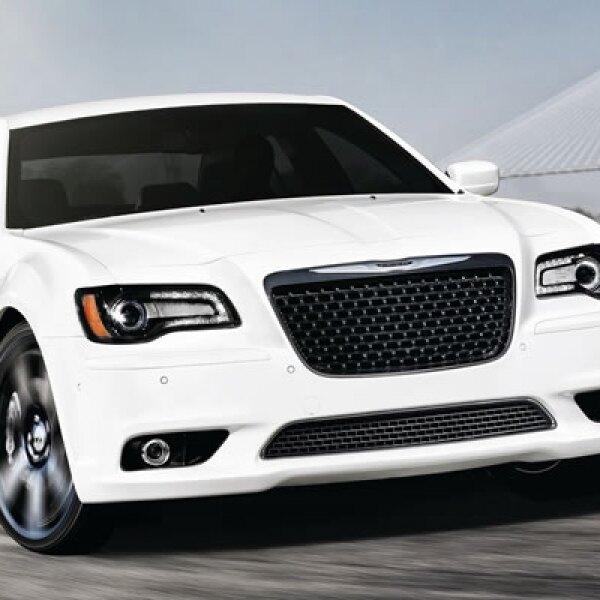 Chrysler, uno de los tres grandes de Detroit presentó la nueva versión de su modelo 300, con un motor que excede los 400 caballos de fuerza, capaz de llevarlo de 0 a 100 kilómetros por hora en poco más de 4 segundos.