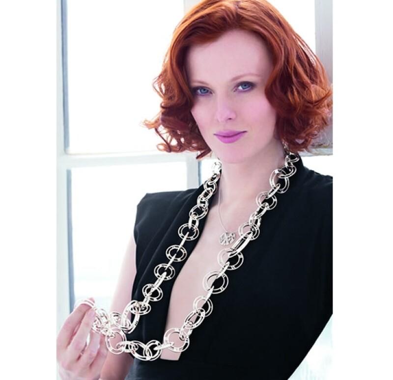 Karen Elson usando el collar Atlas de plata de ley.