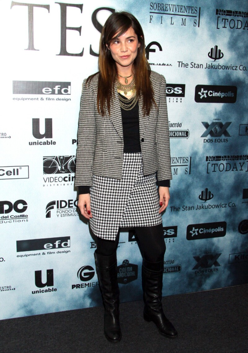 Camila Sodi sorprendió nuevamente con un particular outfit de alfombra y de muy buen humor.
