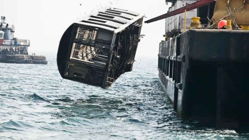 Uno de los miles de vagones del metro de Nueva York que son arrojados al océano