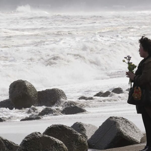 En Onagawa muchas personas oraron en silencio tomadas de la mano y de cara al mar.