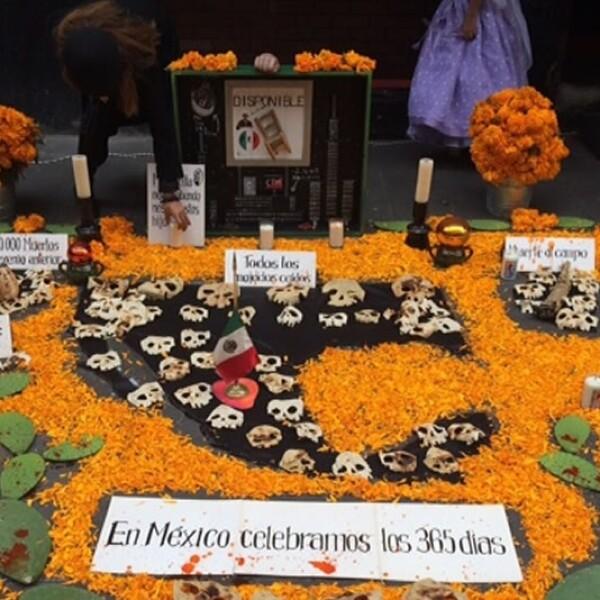 Una ofrenda de día de muertos que hace referencia a hechos violentos de México, en la calle Regina del centro del Distrito Federal