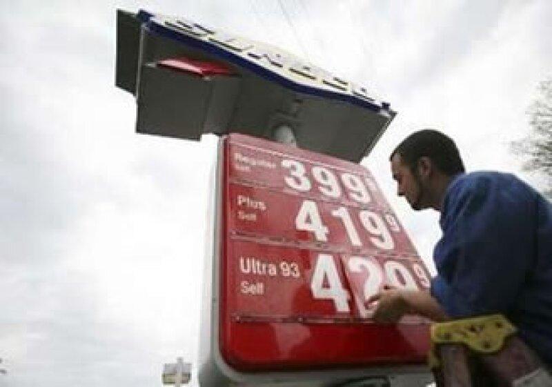El BCE alertó que los altos precios de combustibles amenazan con empeorar la inflación. (Foto: Reuters)