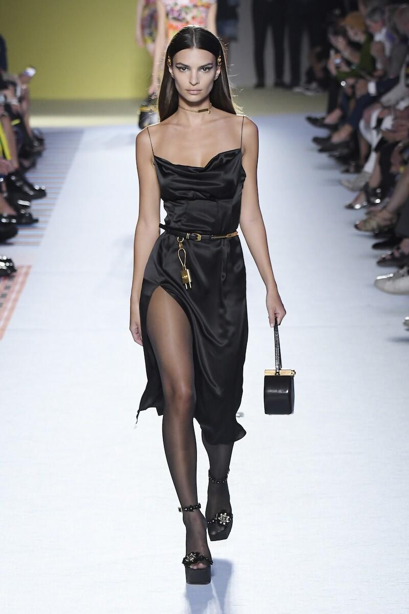 Emily Ratajkowski en Versace