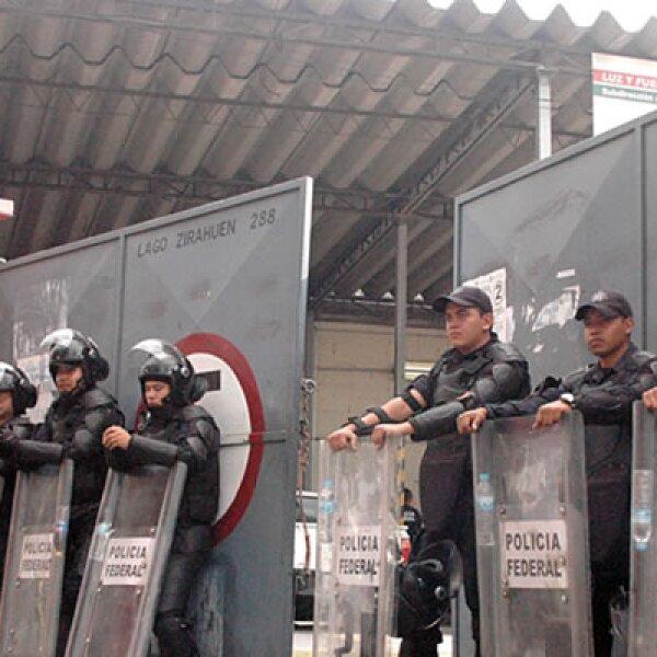 10 de octubre de 2009 Mientras en un estadio del DF El Salvador caía ante México en un partido 4 a 1, la Policía Federal intervenía la sede de Luz y Fuerza del Centro. Un decreto presidencial daba por liquidada LYFC, con lo que comenzaron los reclamos.