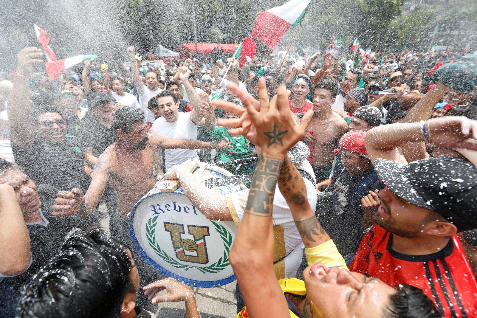 Mexicanos celebran en el Ángel de la Independencia en la Ciudad de México