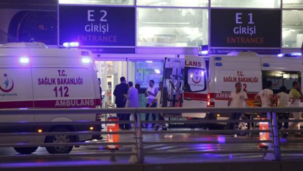 Las autoridades han indicado que hay más de 60 personas heridas tras el ataque en el aeropuerto de Atatürk.