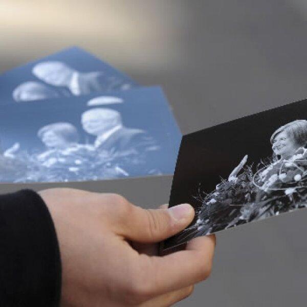 Hombre que sostiene posters del presidente polaco