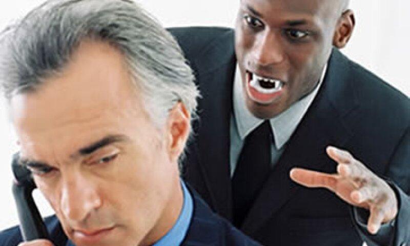 El abuso laboral por lo general es ejercido por los colegas, y en ocasiones por algún superior.   (Foto: Archivo)