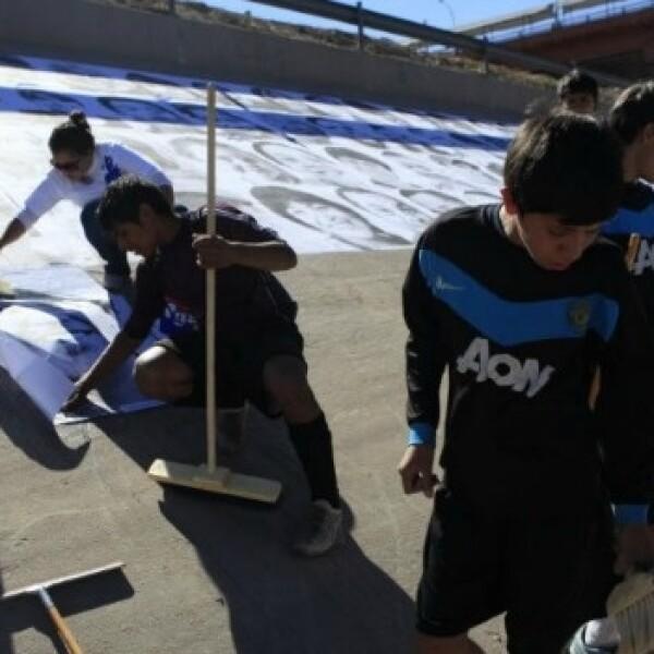 niños pegan fotos en juarez