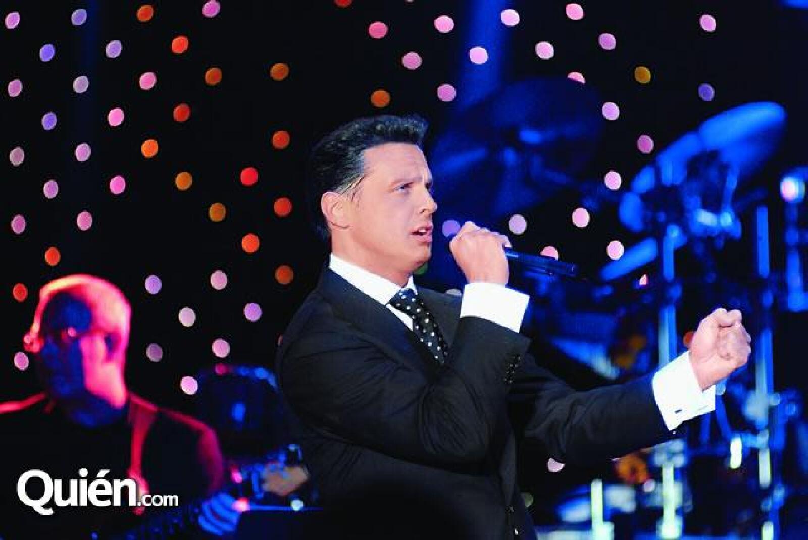 Los invitados fueron sorprendidos por el cantante Luis Miguel , quién fue contratado para cantarle a los novios.