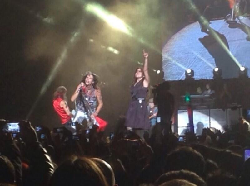 Anoche la banda deleitó a más de 15 mil personas y la presencia de la mexicana en el escenario sorprendió, pero ella quedó más impresionada cuando el vocalista la besó en la mejilla en pleno show.