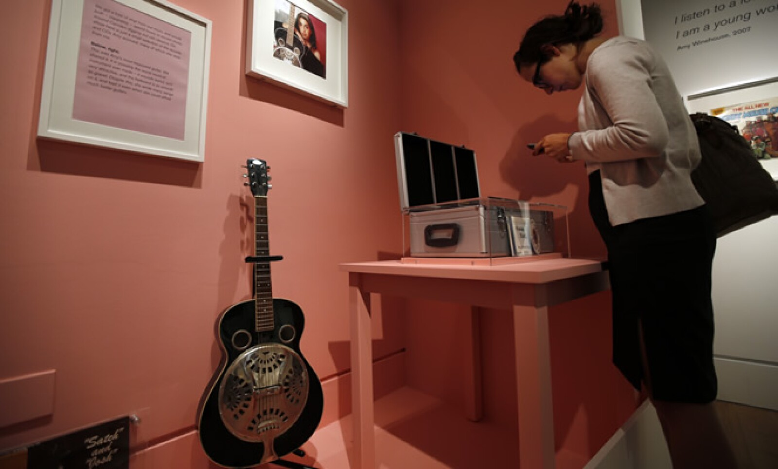 Una de sus guitarras en el Museo Judío. Los asistentes encontrarán fragmentos de sus escritos y discos que poseía.