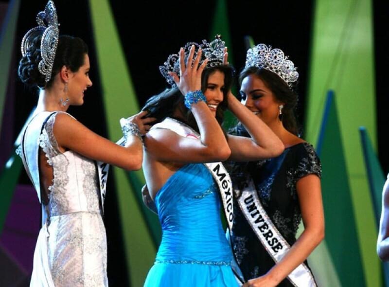 Karin Ontiveros y Ximena Navarrete le colocaron la banda y la corona a Karina.