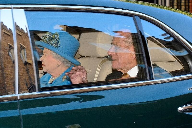 Los invitados llegaron muy puntuales a tan privado servicio. La bisabuela, la Reina, fue la última en llegar como parte del protocolo.