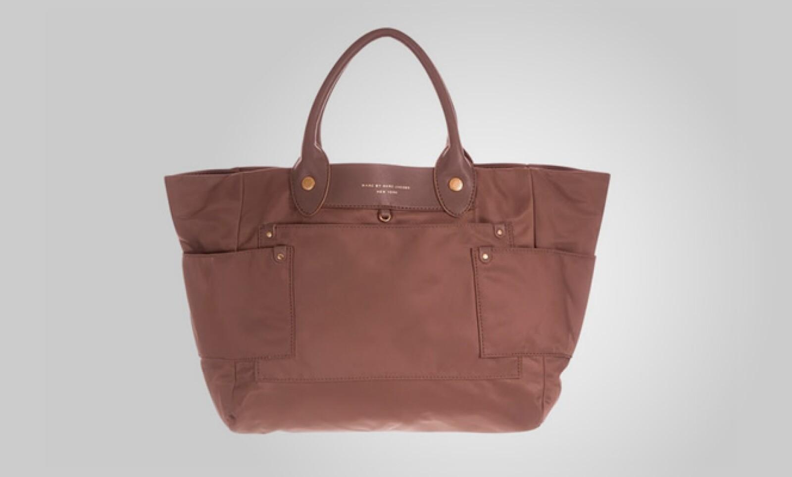 Marc también propone un estilo de bolsa con forma de trapecio y fabricada en piel, para combinar con tu 'outfit'.