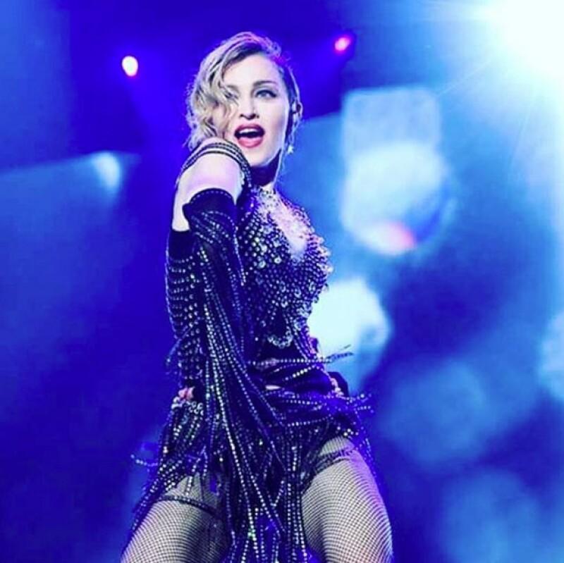 La cantante utilizó un coche con una torreta de emergencia instalada en la salpicadera para abandonar este miércoles el O2 Arena de Londres tras su concierto.
