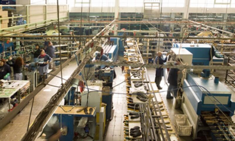 El índice de remuneraciones medias reales en la manufactura cayó 0.5% de julio a septiembre. (Foto: Getty Images)