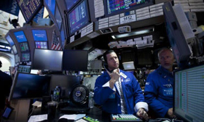 La amenaza de una recesión se incrementa día a día, mientras los inversores analizan cada pizca de estadísticas económicas. (Foto: AP)