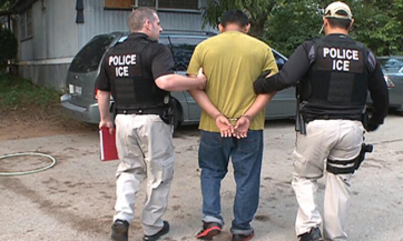 El Servicio de Inmigración redujo sus costos de 122 a 7 dólares por día por cada interno que liberó.  (Foto: AP)