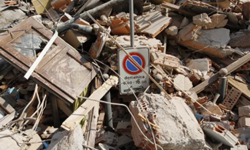 La mayoría de las 17 víctimas mortales conocidas murieron bajo los escombros en su lugar de trabajo por un sismo de magnitud 5.8 producido el martes. (Foto: AP)