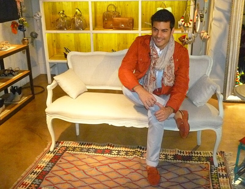 Carlos Rivera considera su estilo como clásico, prefiere los colores azul y rojo.