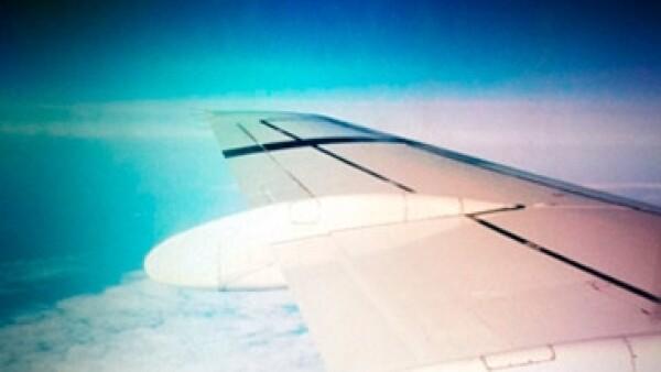 alas-de-un-avion-y-el-cielo-desde-una-ventanilla