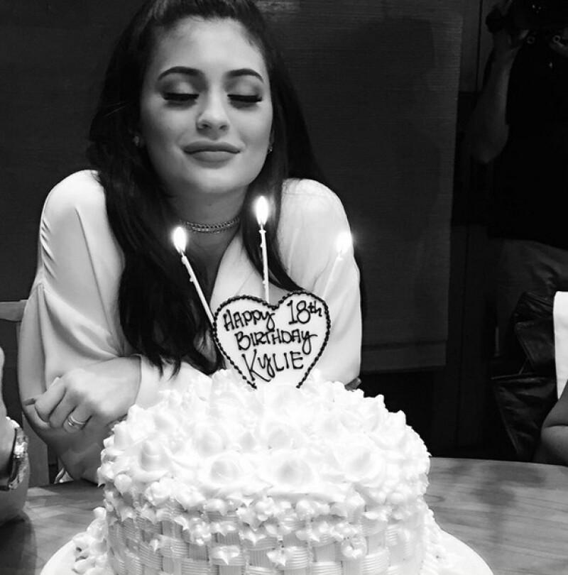Kylie Jenner con su pastel de cumpleaños-