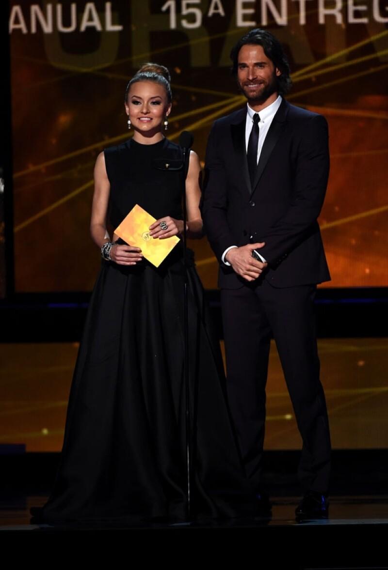 Angelique Boyer lució guapísima para presentar un premio en los Grammy con su novio Sebastián Rulli.