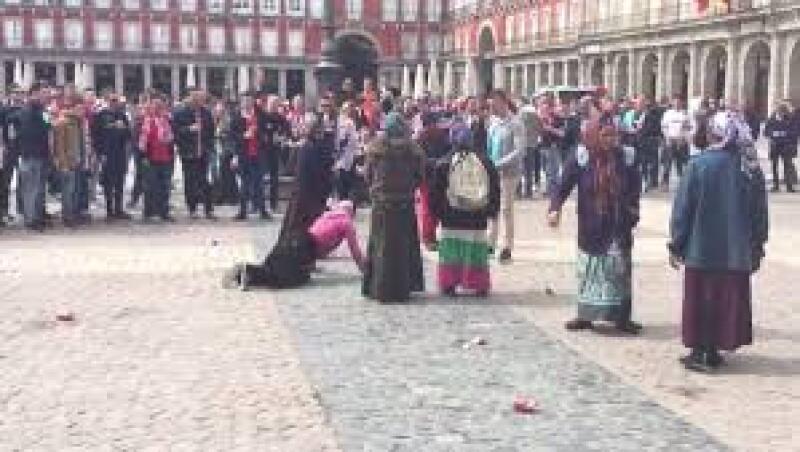 En los videos difundidos se puede ver cómo los fanáticos arrojan monedas al suelo para que las mujeres se arrodillen a recogerlas, queman billetes y hasta les ofrecen dinero a cambio de flexiones.