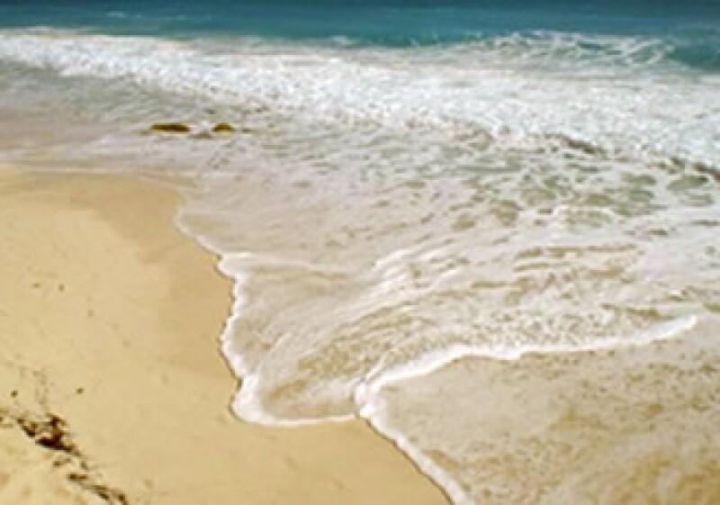 En Cancún, los trabajos consistieron en el relleno simple de 5,200,000 metros cúbicos de arena y en la colocación de estructuras longitudinales a lo largo de 10.5 km de playas. (Foto: Cortesía Presidencia de la República)