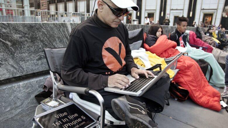 Hazen Sayer es el primer hombre en la fila de la tienda de Apple en Nueva York.