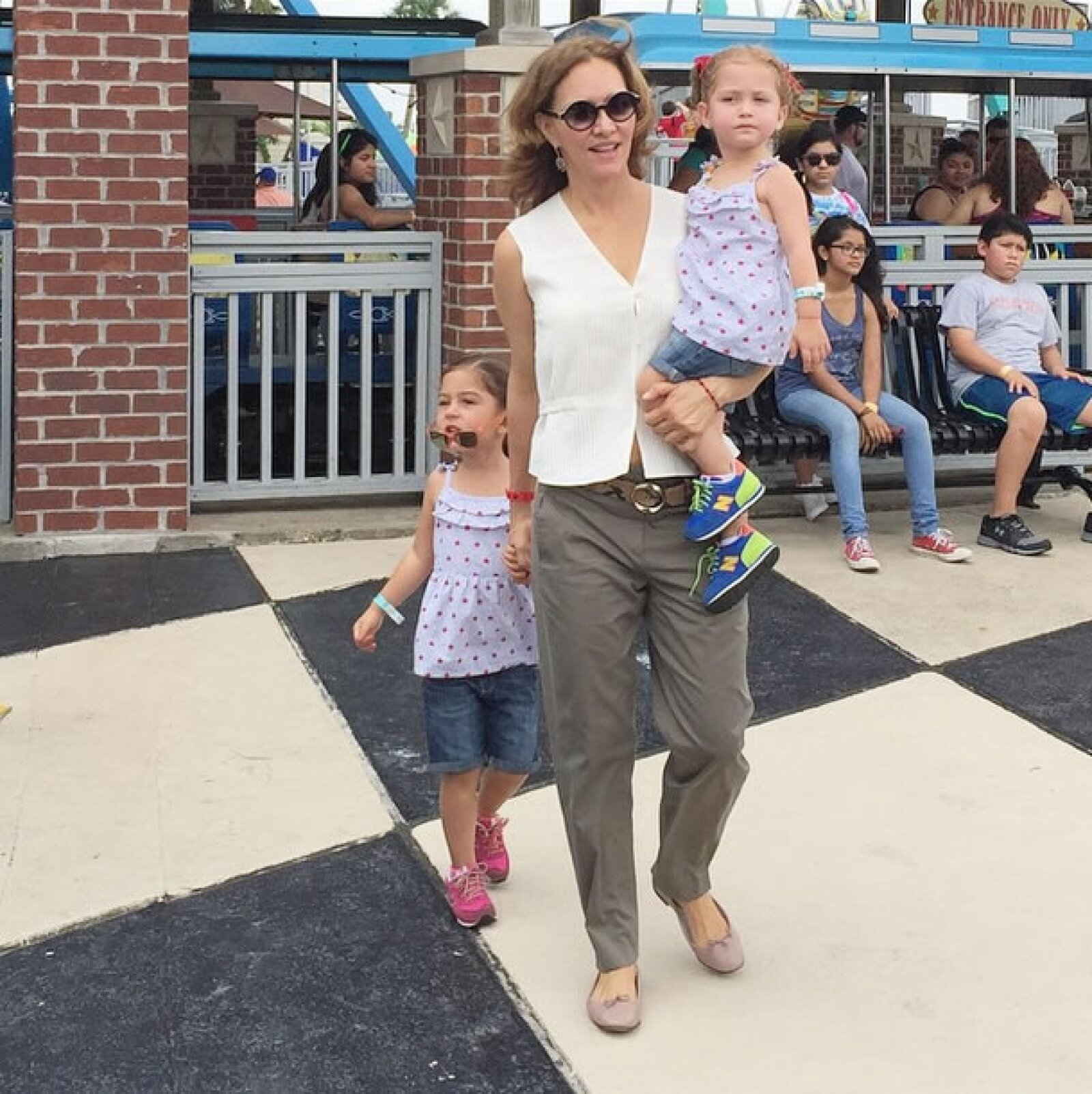 Ella también ha compartido fotos con sus hijas en el parque Kemah Borderwalk, en Texas.