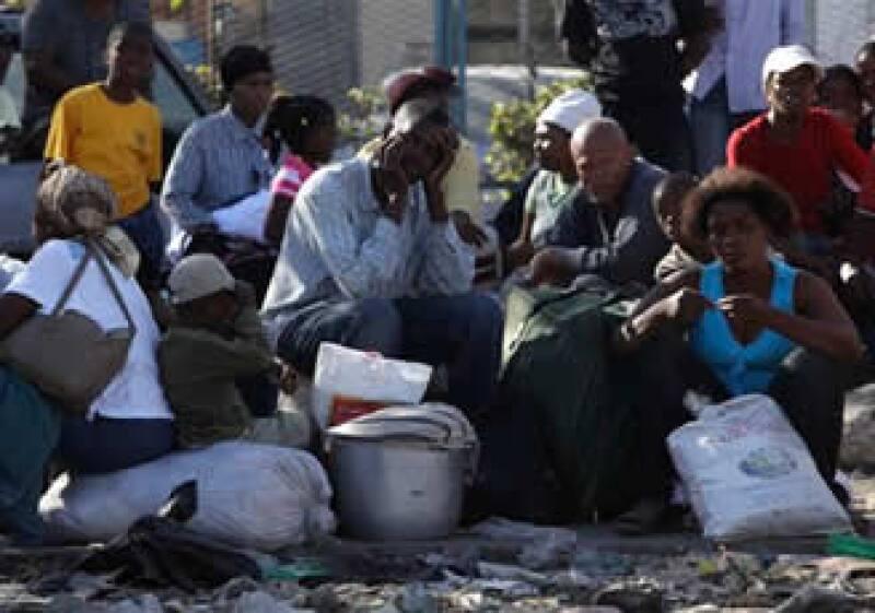 La falta de combustible y el bloqueo de caminos dificultan la asistencia a los desplazados por el sismo. (Foto: AP)