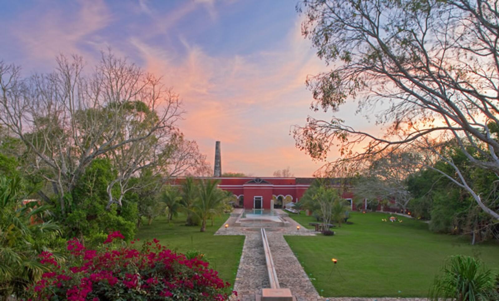 La hacienda Temozón se ubica en el kilómetro 182 de la carretera Mérida-Uxmal, a poco más de una hora y media del aeropuerto de Mérida.