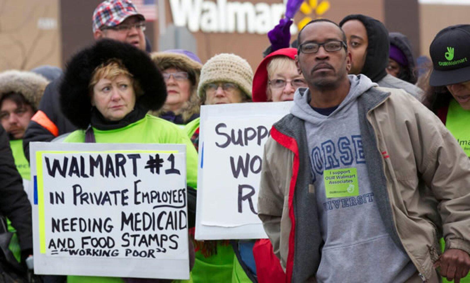 Trabajadores de la minorista más grande del mundo protestaron afuera de sus tiendas para exigir mejores condiciones laborales, seguridad social y cupones de alimentos.
