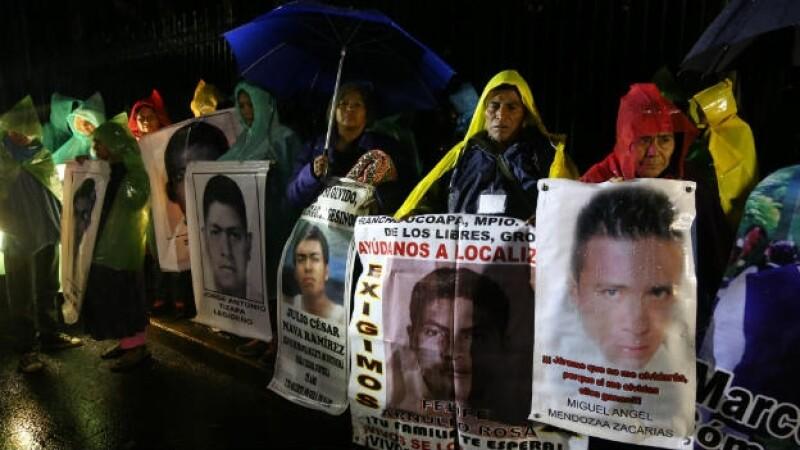 Con pancartas y fotos de los normalistas de Ayotzinapa, padres de los jóvenes se manifiestan este jueves en la Ciudad de México
