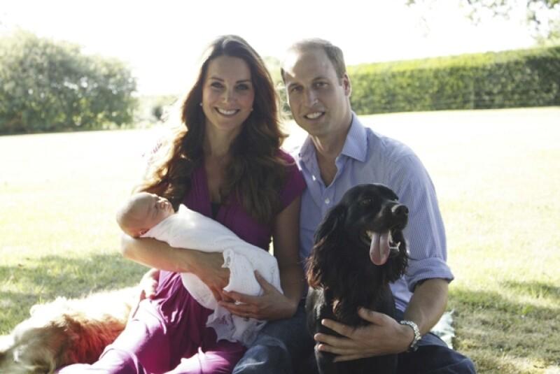 La pareja rompió el protocolo al dar a conocer dos imágenes tomadas, no por un fotógrafo profesional como se acostumbra, sino por el propio padre de Kate Middleton.