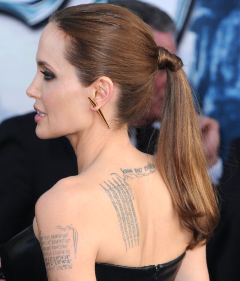 Jolie también se ha unido a la lista de celebs que se quitan tatuajes.