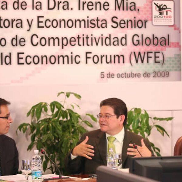El senador del PRD y presidente de la Comisión de Ciencia y Tecnología, Francisco Castellón Fonseca, recibió el lunes el informe de Índice de Competitividad Global de parte de Irene Mía, Economista Senior. Estuvo presente el director de Microsoft México.