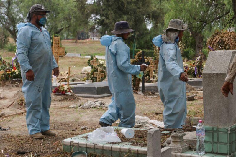 Trabajadores del Panteón San Lorenzo Tezonco se sanitizan antes y después de sepultar a féretros de muertes a causa de Covid-19