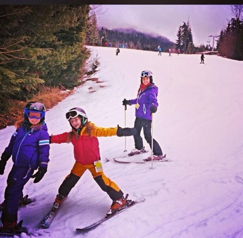 El cantante y esposo de la conductora, compartió en su cuenta de Twitter e Instagram imágenes donde aparecen sus hijas y pareja esquiando.