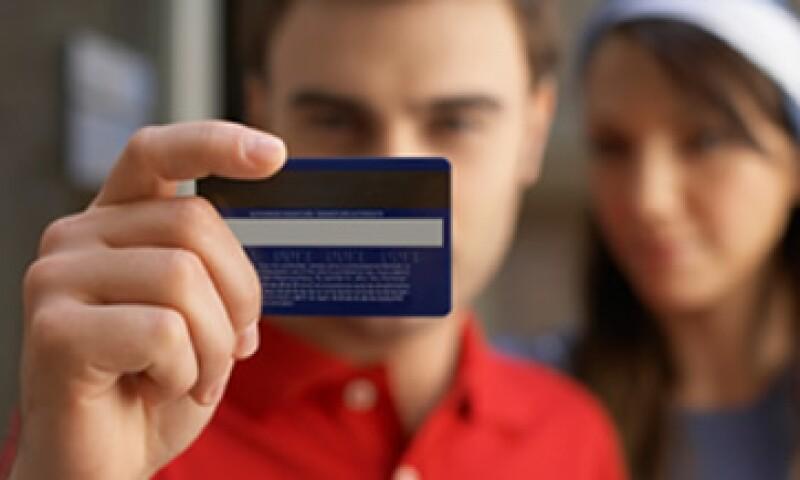 Si piensas sacar una tarjeta de crédito este 2012, no te fijes solamente en la tasa de interés; busca la más acorde a tu estilo de vida. (Foto: Thinkstock)