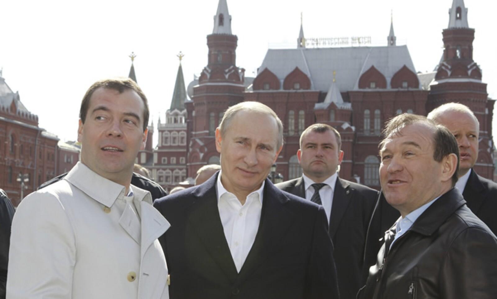 Unas 100,000 personas, incluyendo al presidente Dmitry Medvedev (i), el presidente electo Vladimir Putin (c), y el vicealcalde, Piotr Biriukov (d), formaron parte en una marcha principal a través del centro de la ciudad.