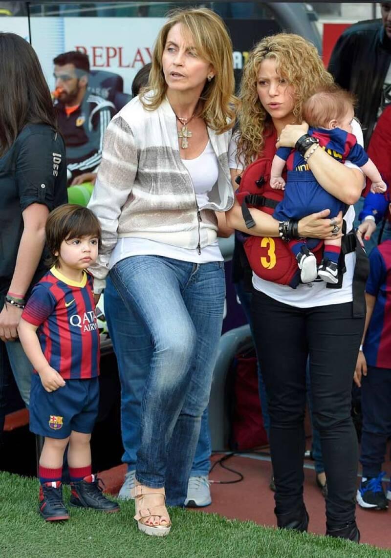 Shakira y la mamá de Piqué viendo a Gerard jugar mientras esperan el momento para llevarle a los niños.